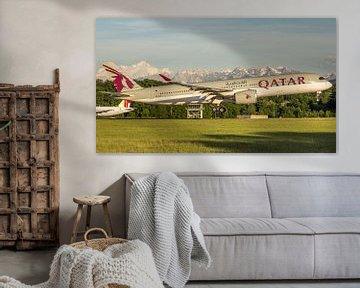 Qatar airways Airbus 350 landt op Geneve met de Mont Blanc op de achtergrond van Dennis Dieleman