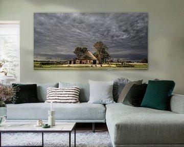 Boerderij vlak buiten de Friese dorpje Hallum met grillige wolkenlucht van Harrie Muis