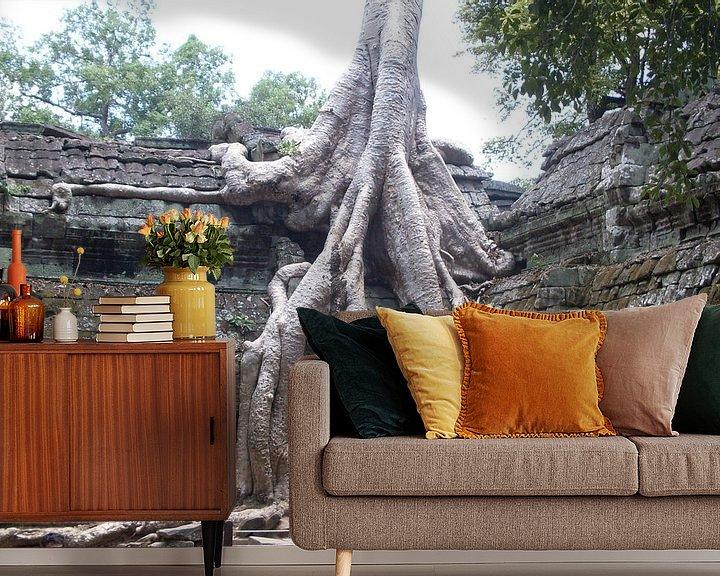 Sfeerimpressie behang: Tree growing through Angkor Thom van Daniel Chambers