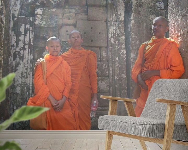 Sfeerimpressie behang: Buddhist Monks - Angkor Thom - Cambodia van Daniel Chambers
