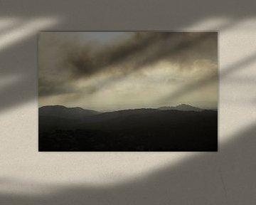 Donkere wolken boven de bergen von Hollandse Kijker