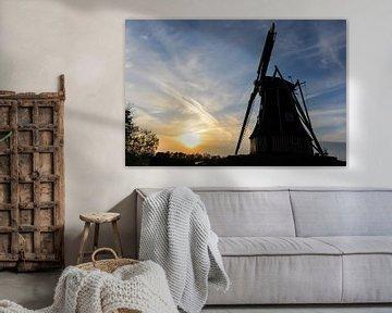 Hollandse windmolen bij zonsondergang von Robert de Jong