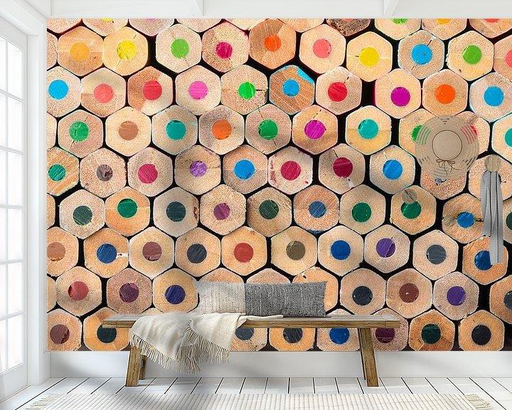 Sfeerimpressie behang: Compositie met kleurpotloden van Robert de Jong