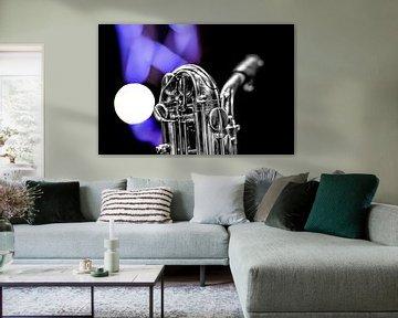 Saxofoon hals en mondstuk met licht op de achtergrond. van Harrie Muis