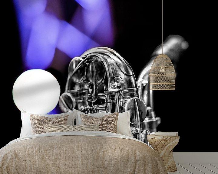 Sfeerimpressie behang: Saxofoon hals en mondstuk met licht op de achtergrond. van Harrie Muis