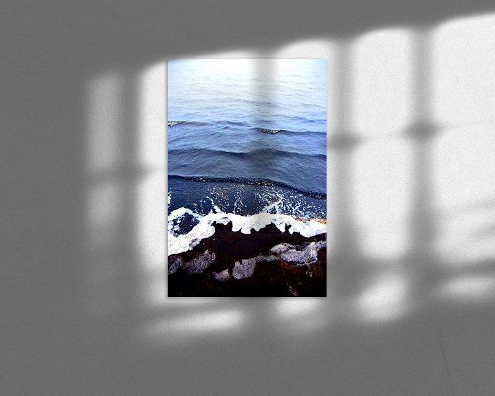 Sfeerimpressie: abstract kleuren water schelpen en zwart zand 2 van Ernst van Voorst