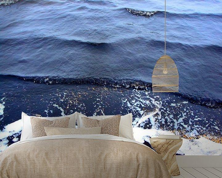 Sfeerimpressie behang: abstract kleuren water schelpen en zwart zand 2 van Ernst van Voorst