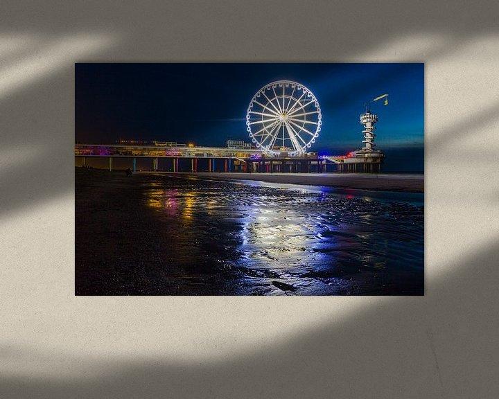 Sfeerimpressie: Scheveningen Pier Reuzenrad in de nacht met reflectie op het zand van Dexter Reijsmeijer