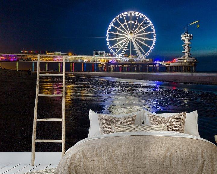 Sfeerimpressie behang: Scheveningen Pier Reuzenrad in de nacht met reflectie op het zand van Dexter Reijsmeijer