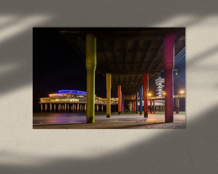 Sfeerimpressie: Scheveningen Pier vanaf de onderkant tussen de pilaren door van Dexter Reijsmeijer