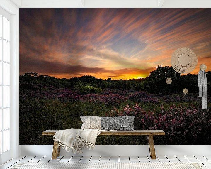 Sfeerimpressie behang: Zonsondergang op de heidde van Maurice Hoogeboom