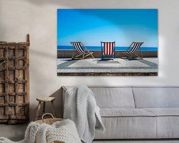 Strandstoelen in de zomerzon van Francisca Snel