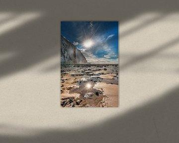 De krijtrotsen bij Ault, Picardie, Frankrijk en de zon bij laag water sur Harrie Muis