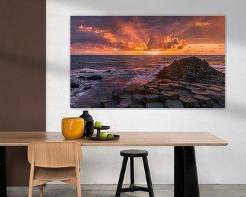 """Zonsondergang bij de """"Giant's Causeway"""", Noord Ierland van Henk Meijer Photography"""