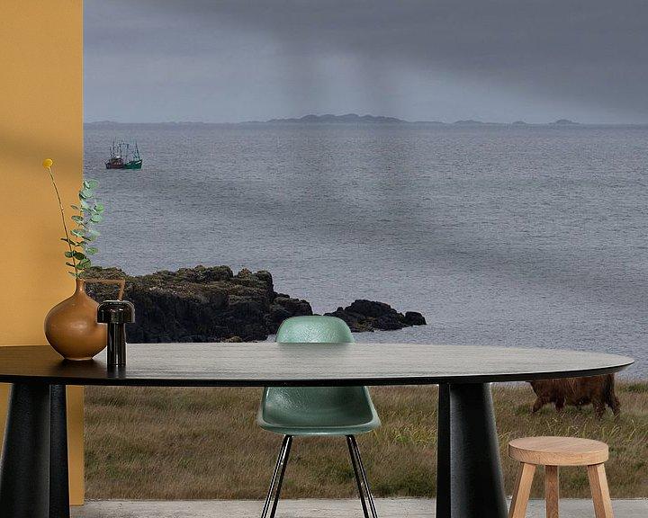Sfeerimpressie behang: Schotse hooglander aan zee van Eddie Meijer