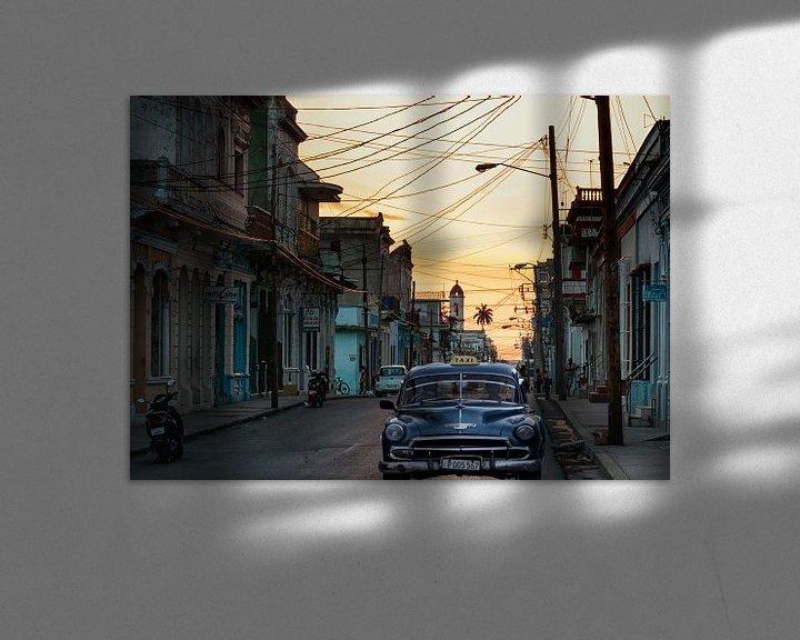 Sfeerimpressie: Cubaanse straat tijdens zonsondergang van Eddie Meijer