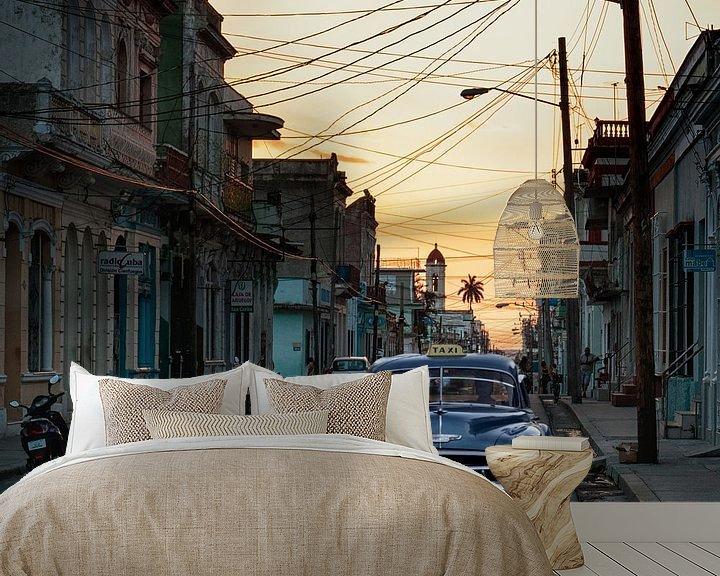 Sfeerimpressie behang: Cubaanse straat tijdens zonsondergang van Eddie Meijer