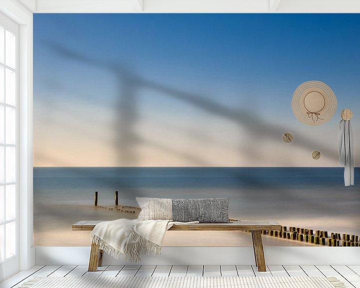 Sfeerimpressie behang: Golfbreker aan het strand in het water. van Robert Wiggers