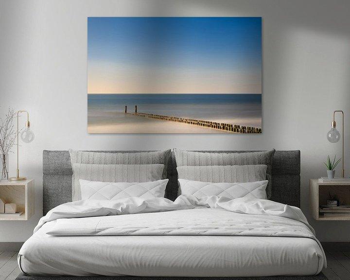 Sfeerimpressie: Golfbreker aan het strand in het water. van Robert Wiggers