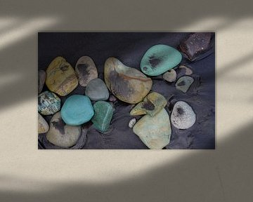Blue stone beach van Jasper Los