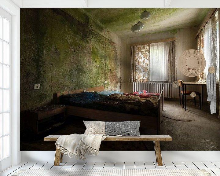 Sfeerimpressie behang: Slaapkamer in Verlaten Hotel. van Roman Robroek