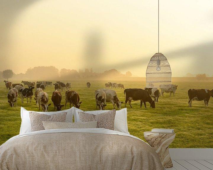 Sfeerimpressie behang: Koeien in de wei tijdens een mistige zonsopkomst van Sjoerd van der Wal