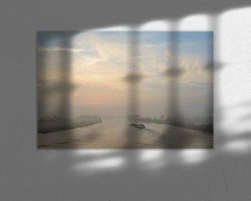 Binnenvaartschip op de rivier de IJssel tijdens zonsopkomst van Sjoerd van der Wal