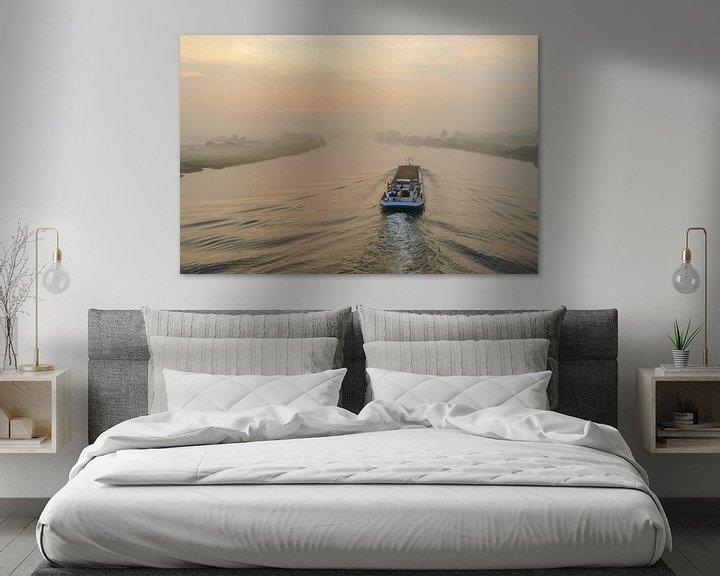 Sfeerimpressie: Binnenvaartschip op de rivier de IJssel tijdens zonsopkomst van Sjoerd van der Wal