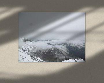 Wegtrekkende mist bovenop de 3200 meter kitzsteinhorn van Wilbert Van Veldhuizen