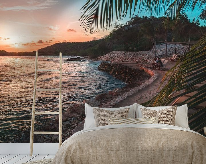 Sfeerimpressie behang: Gecurvde strand op Curaçao van Wahid Fayumzadah