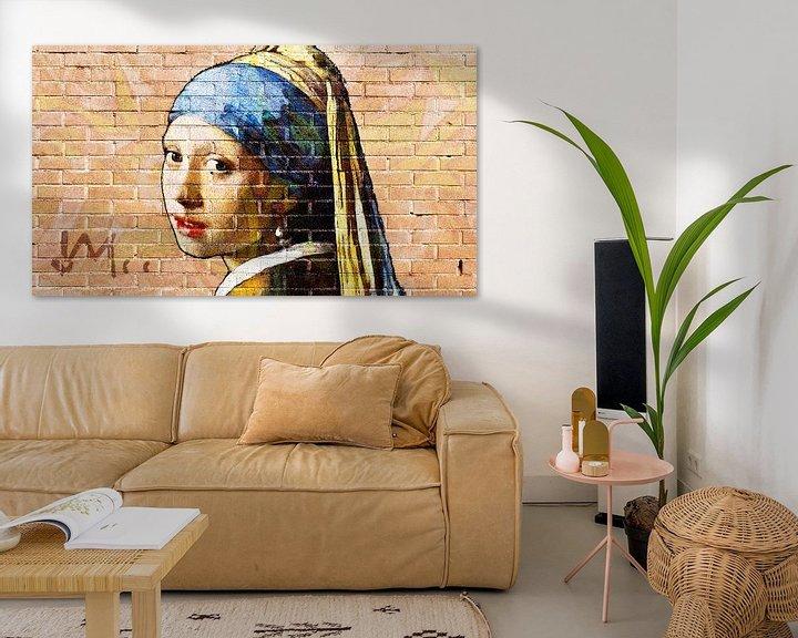 Sfeerimpressie: Meisje met de parel -  muurschildering graffiti licht van Lia Morcus