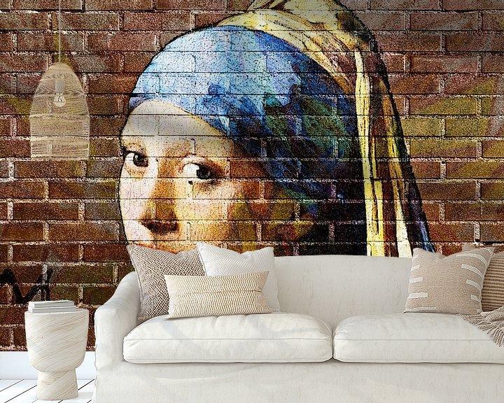 Sfeerimpressie behang: Meisje met de parel - muurschildering graffiti  donker van Lia Morcus