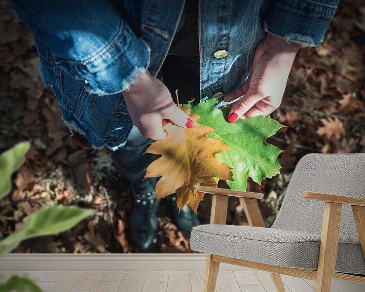 Sfeerimpressie behang: Herfstblad met Nagellak van Perry Wiertz