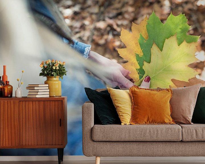 Sfeerimpressie behang: Herfstblaadjes in hand van Perry Wiertz