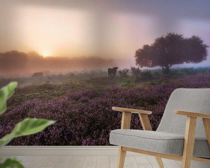 Sfeerimpressie behang: Schotse Hooglander op de hei van Dennisart Fotografie