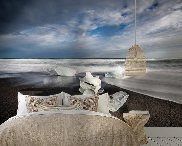 Sfeerimpressie behang: IJsschotsen op Diamond Beach - IJsland van Erwin Maassen van den Brink