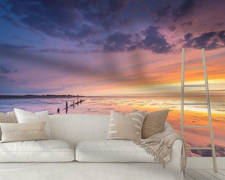 Sfeerimpressie behang: Zonsondergang op de Waddenzee  van Martijn van Dellen
