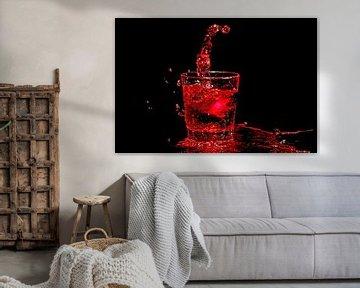 IJs splasht in een glas rode wijn van Nisangha Masselink
