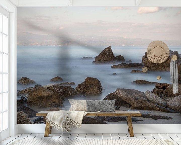 Sfeerimpressie behang: Griekse kustlijn met rotsen en de zee op de voorgrond van Miranda van Hulst