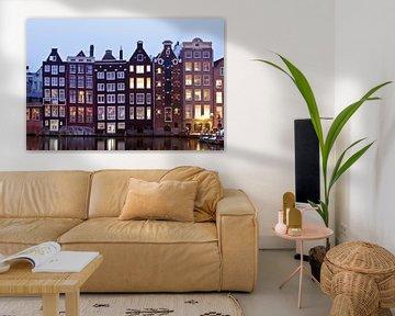 Traditionele amsterdamse woningen in Amsterdam Nederland bij schemering von Nisangha Masselink