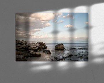 Côte grecque avec des roches et la mer au premier plan