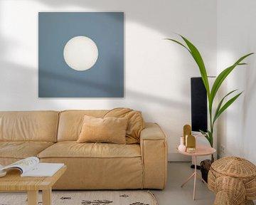 Zon centraal tegen een grijs/blauwe achtergrond sur Art by Jeronimo