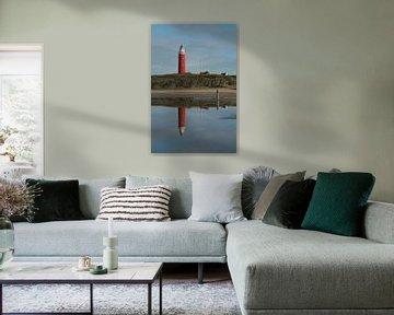 Den Leuchtturm spiegeln (Texel) von Wim van der Geest