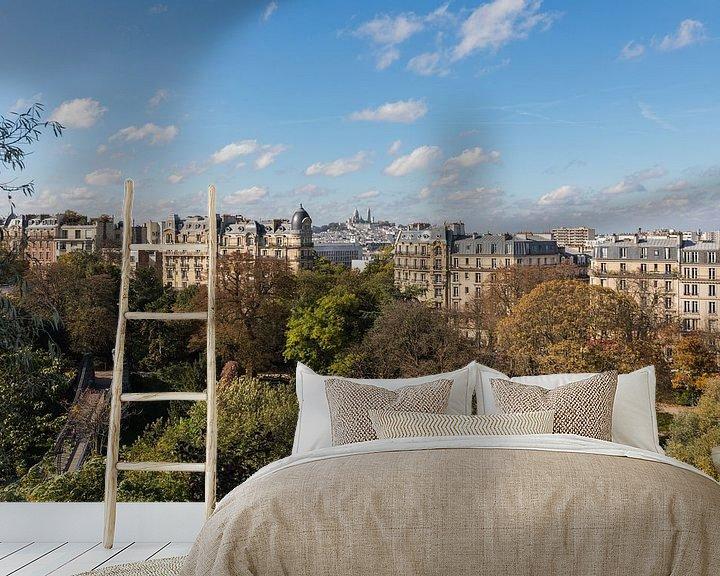 Sfeerimpressie behang: Het Parc des Buttes-Chaumont met uitzicht op de Sacré-Coeur in Parijs van MS Fotografie   Marc van der Stelt