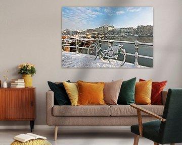 Besneeuwd Amsterdam aan de Amstel in Nederland in de winter von Nisangha Masselink