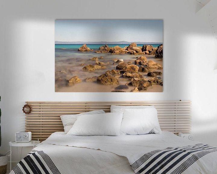 Sfeerimpressie: Griekse kustlijn met rotsen en de zee op de voorgrond van Miranda van Hulst