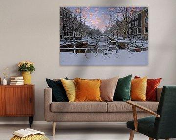 Besneeuwd Amsterdam in Nederland in de winter bij zonsondergang von Nisangha Masselink