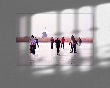 Schaatsen bij de molen op het platteland in Nederland von Nisangha Masselink