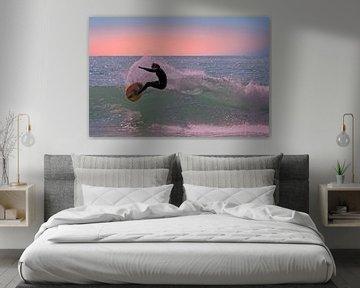 Surfer op de golven in de caribbische zee bij zonsondergang von Nisangha Masselink