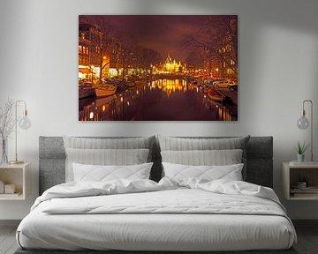 Stadsgezicht van Amsterdam bij de Nieuwmarkt in Nederland bij nacht von Nisangha Masselink